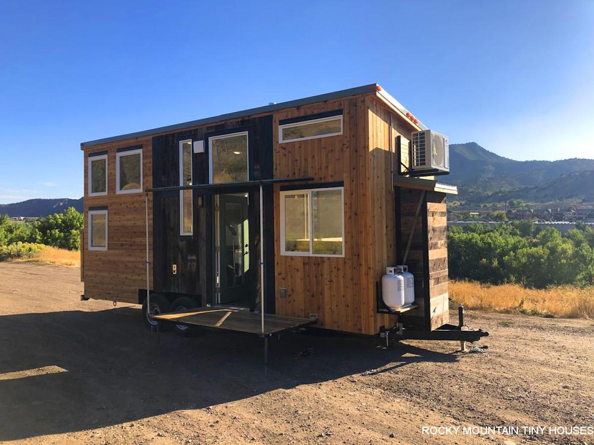 Tiny house offers flexibility with off-grid tech and elevating bed