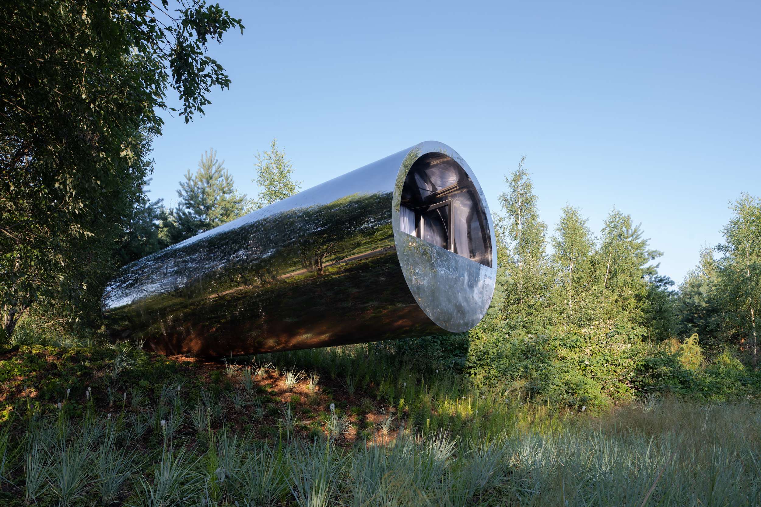 Russian Quintessential measures a total length of 12 m (39 ft) and has a width of 3.5 m (11 ft)