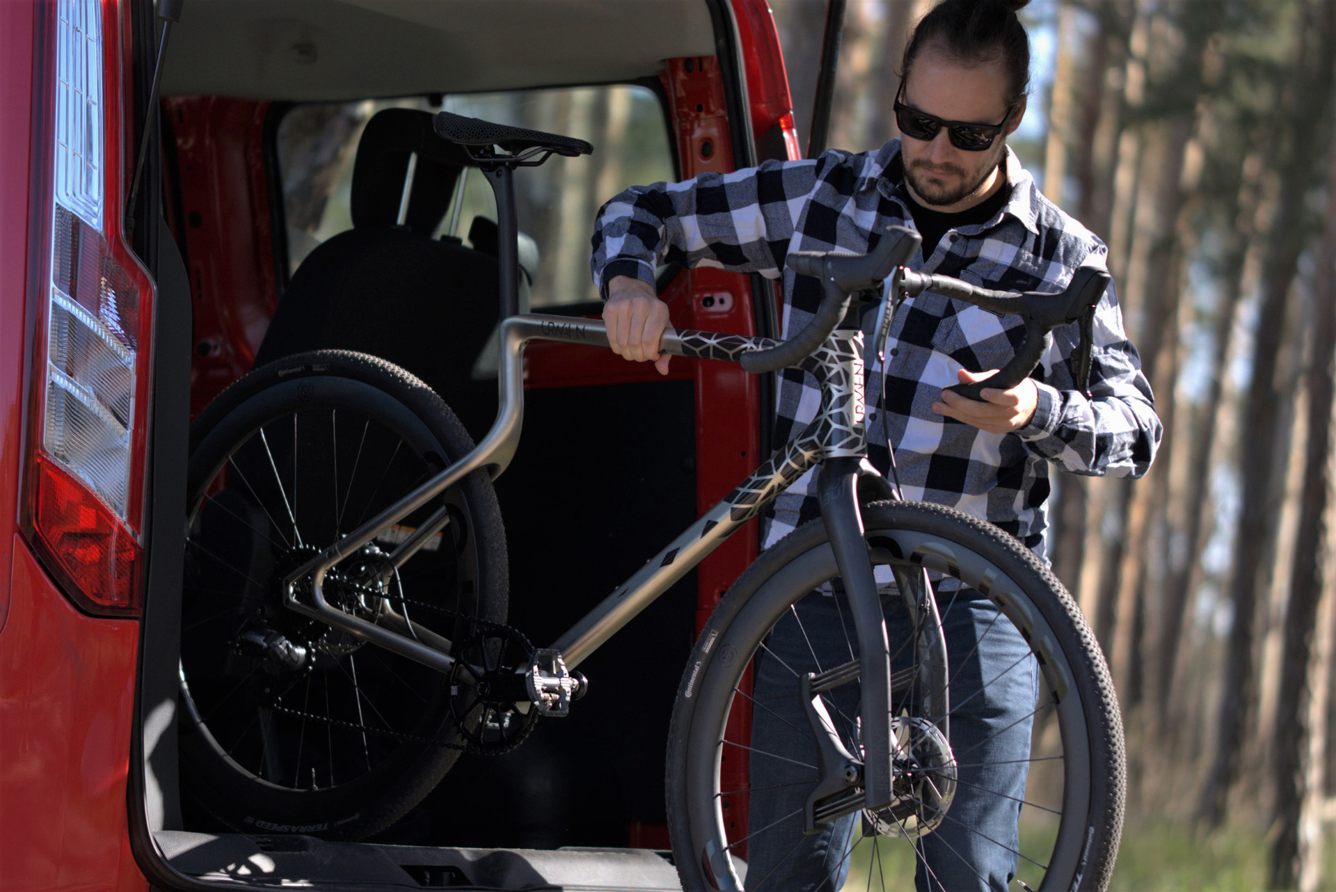 The Urwahn Acros features a unique frame design in the back, and a Lauf leaf-spring suspension fork in the front