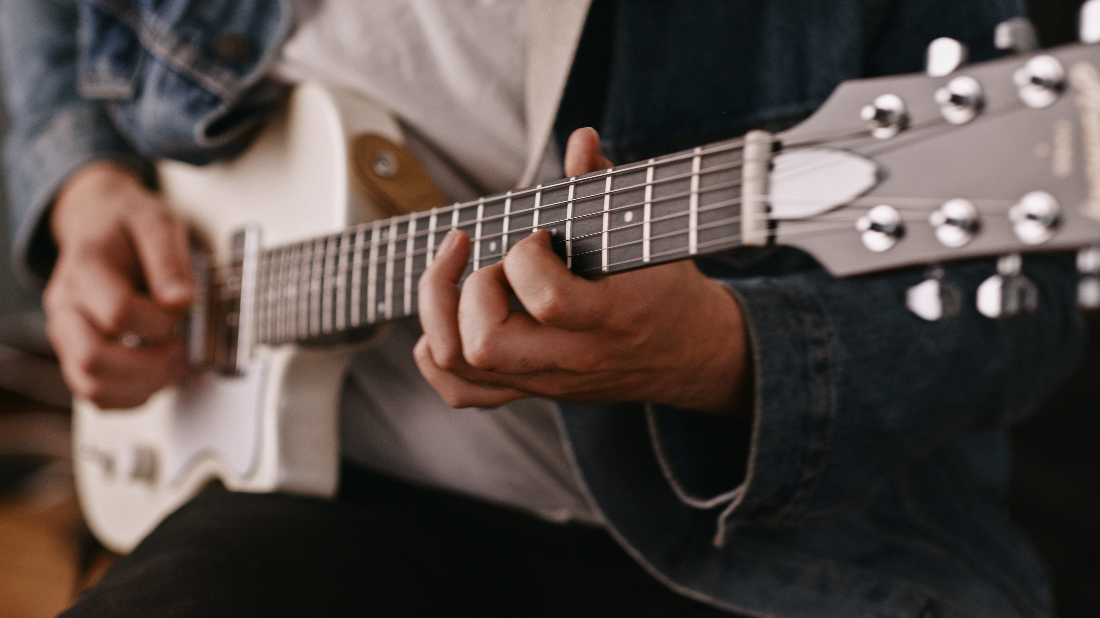 """Harmony goes compact with """"grab and go"""" Juno guitar"""