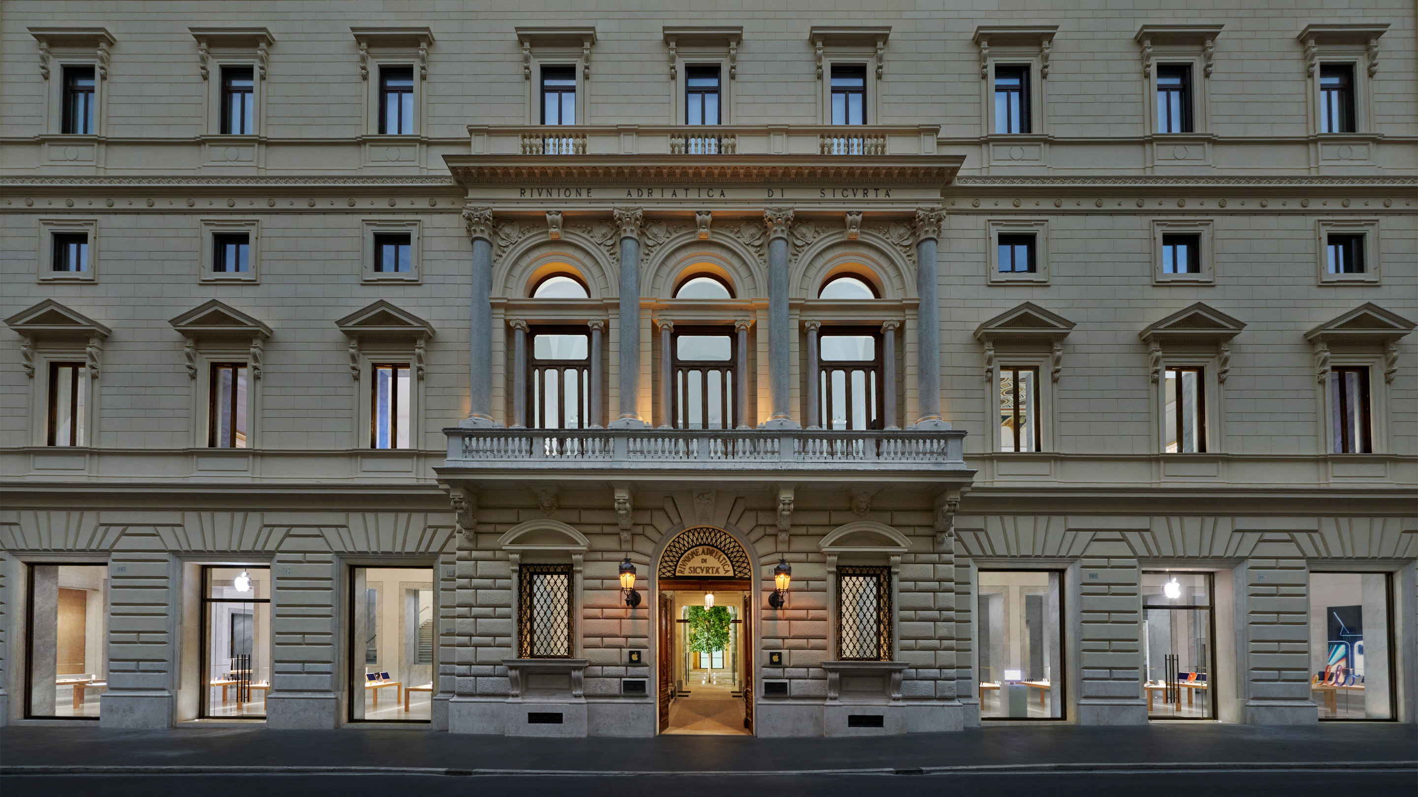 During the renovation project, Apple Via Del Corso's original eye-catching facade was painstakingly restored