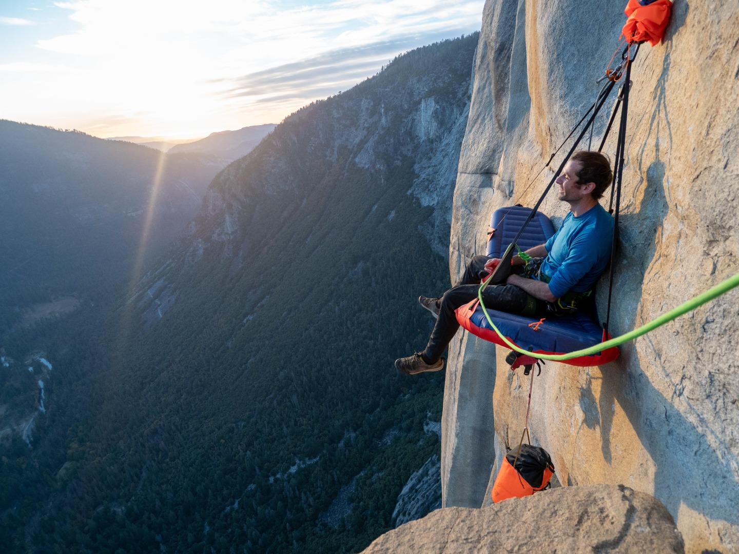 Inflatable G7 Pod sleeping ledge lightens the load for mountain-climbers with no fear