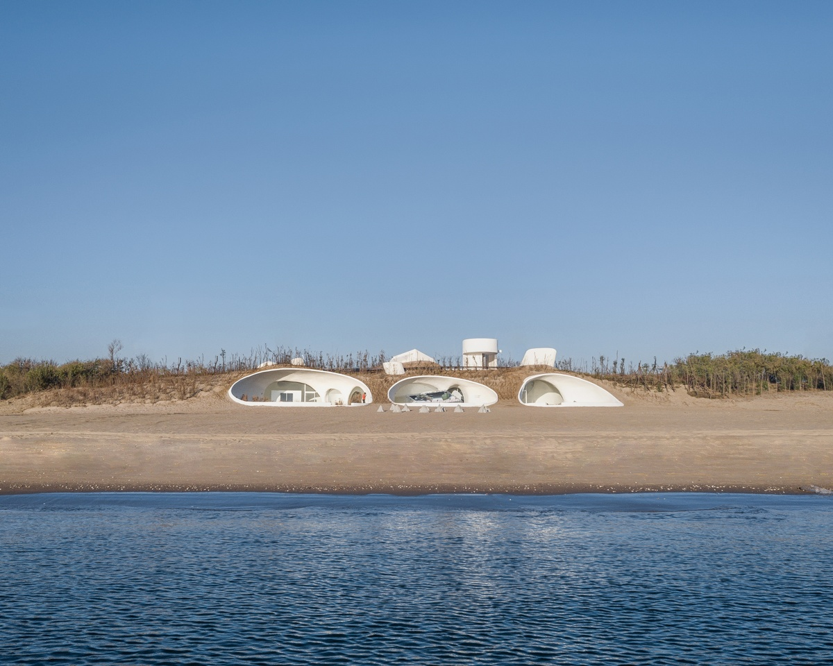 Cave-like art museum is buried in sand dunes
