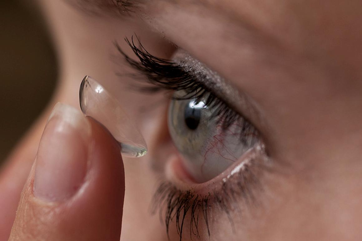 A patient inserts a medicated contact lens (Photo: Jeff Etheridge/Auburn University)