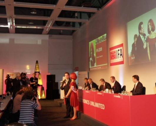Talk show host Dave Graveline chairs the IFA opening press conference
