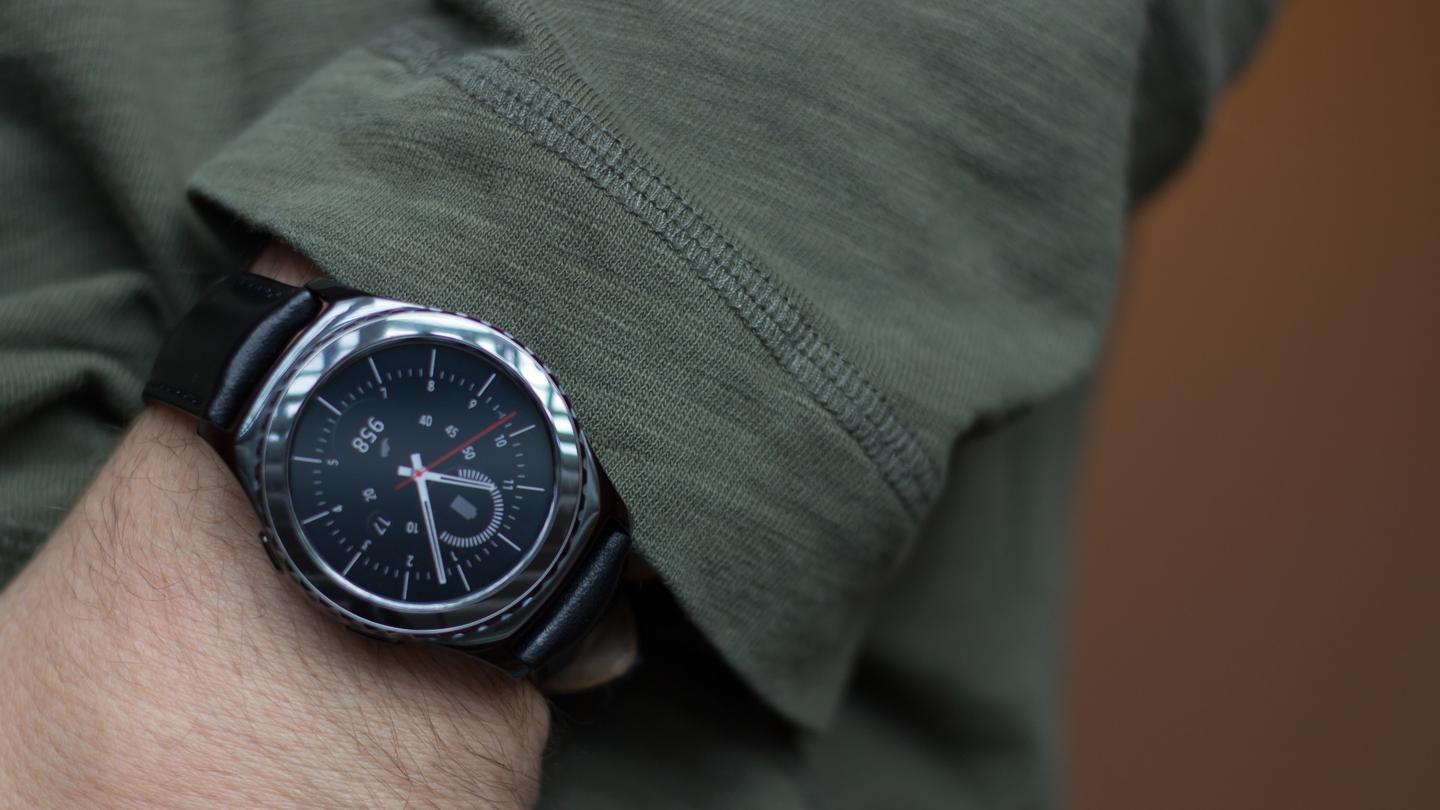 The Gear S2 Classic is the same as the Gear S2, apart from this design that looks much more like a traditional timepiece