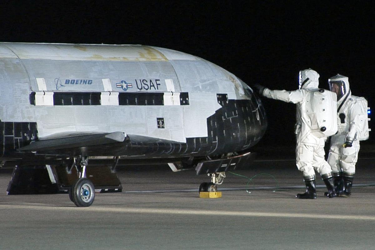 Technicians inspecting the X-37B after a 2010 landing (Image: US Air Force)