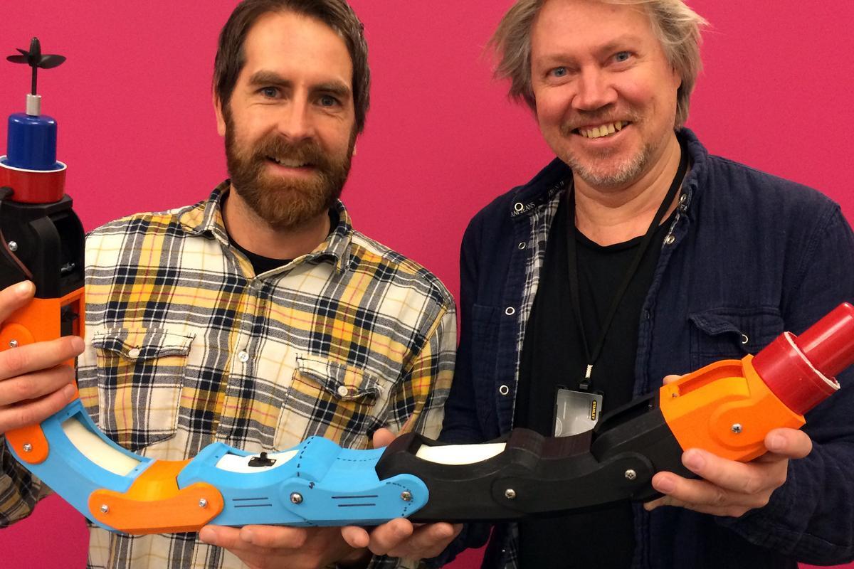 Inventas' Fredrik Lund (left) and SINTEF's Gorm Johansen with the new robot (Photo: Inventas)