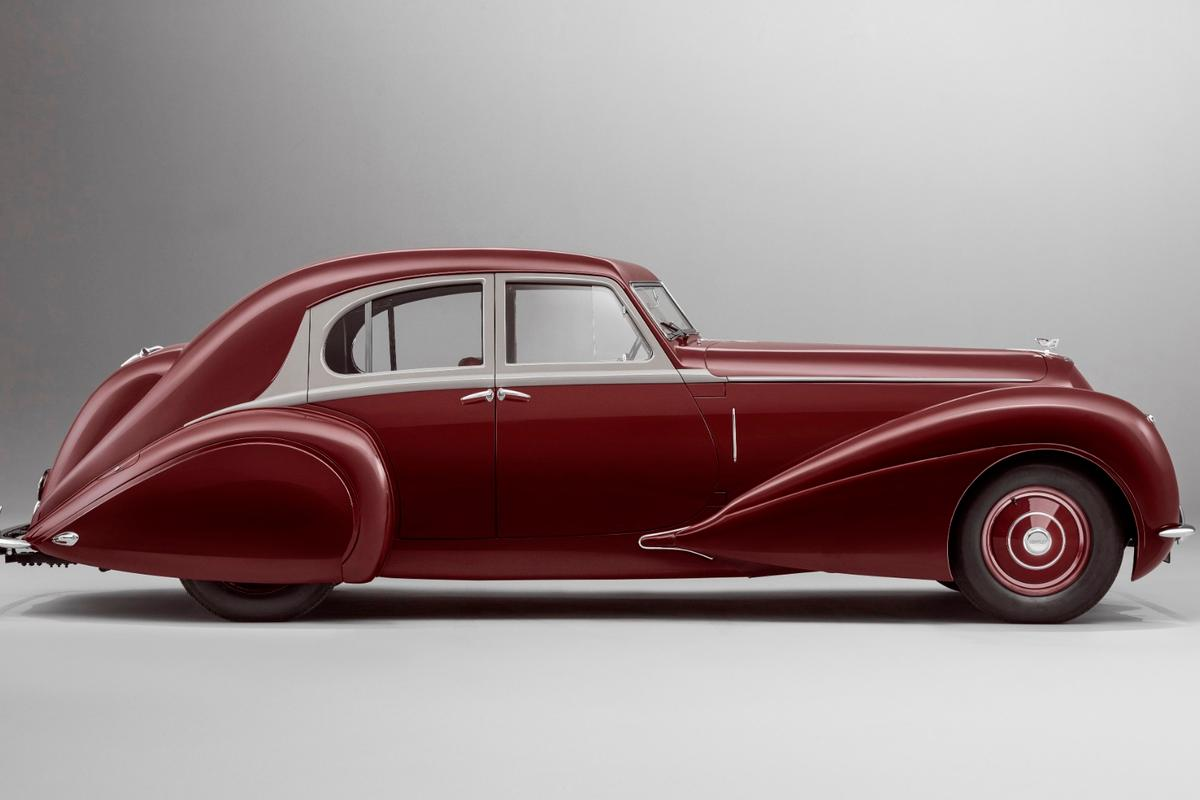 Using only the original technical drawings, Mulliner (Bentley's in-house bespoke and coachbuilding division), built his unique 1939 Corniche using original Corniche and MkV mechanical components and a completely re-made body, identical in every detail to the original
