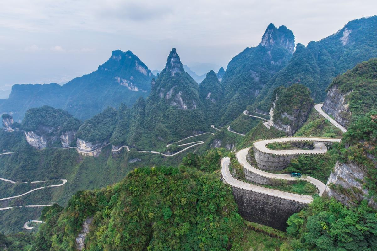 The 99 curves of the Tianmen Shan Big Gate Road