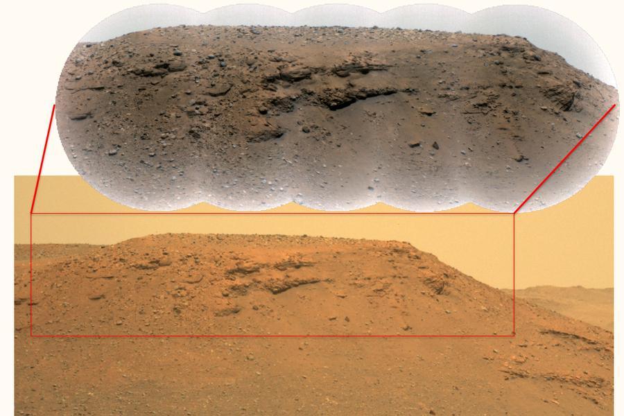Изображение, направено от марсохода Perseverance, на шорт по ръба на кратера Jezero. Учените казват, че по -големите скали на върха са доказателство за минали наводнения