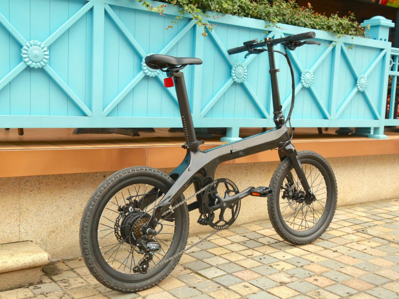 The Morfuns Éole folding ebike rocks a carbon fiber frame, seatpost battery pack, and 250-W hub motor