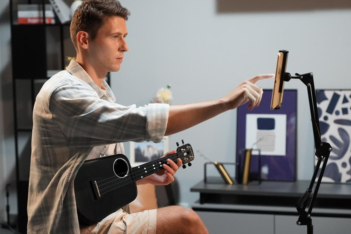 The Populele 2 Pro works with a companion mobile app that has users follow LEDs embedded in the neck to learn songs