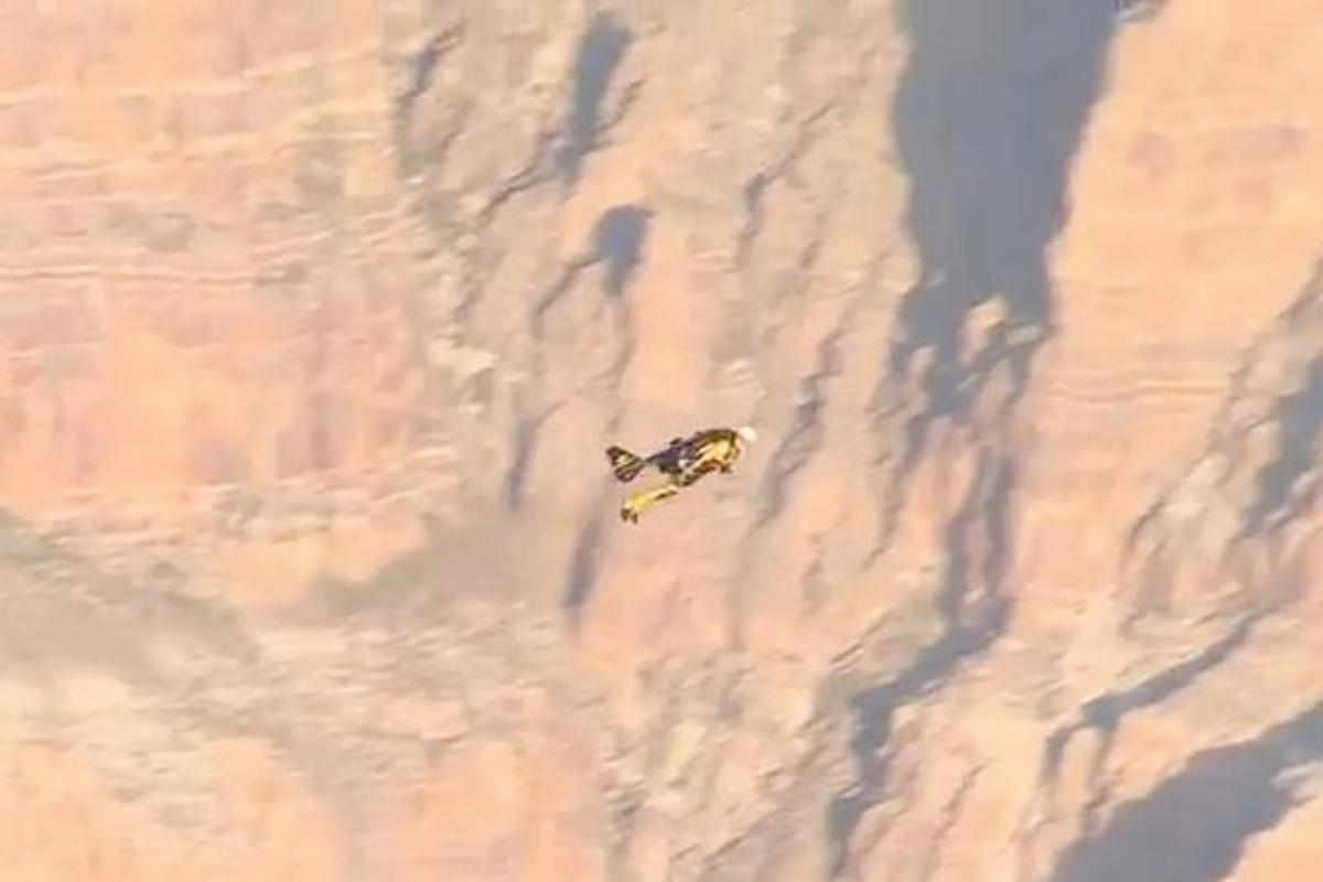 Daredevil Yves Rossy, aka Jetman, has successfully flown across part of the Grand Canyon (Image: Swissinfo.ch)