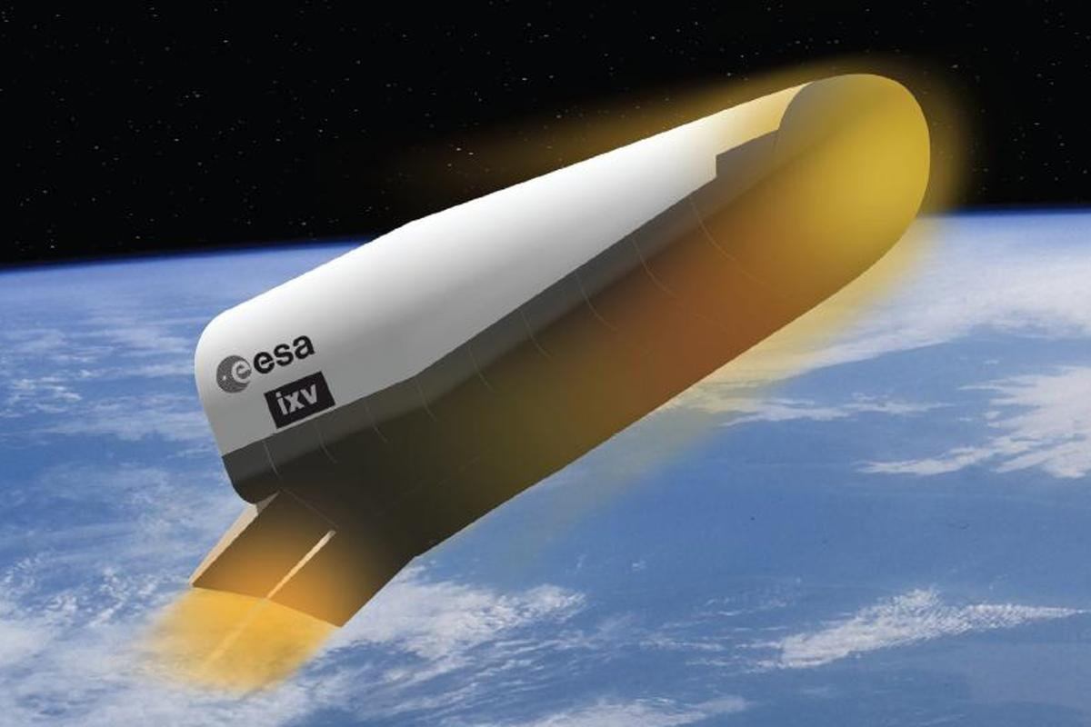 Artist's concept of the IXV re-entering the atmosphere (Image: ESA)