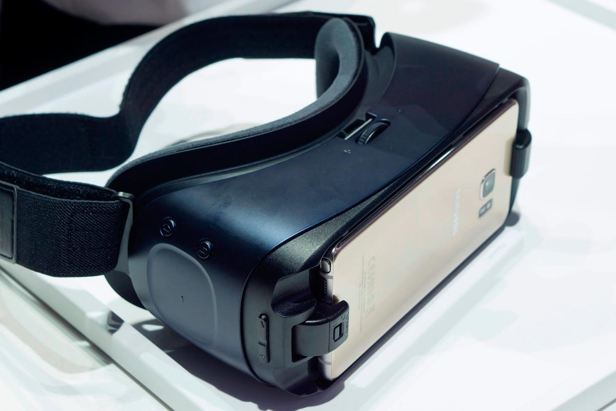 New Atlas goes hands-on with the slightly updated late 2016 Gear VR