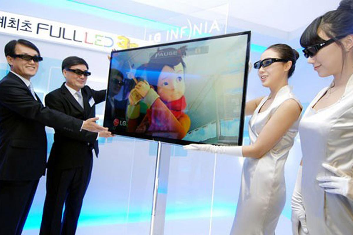 Future's so bright for Senior Vice President and CEO of LG Electronics, Korea, Kyoung-joon Park, and (left) Executive Vice President and head of the LCD division of LG, Havis Kwon, as they show off the new 3D LED LX9500