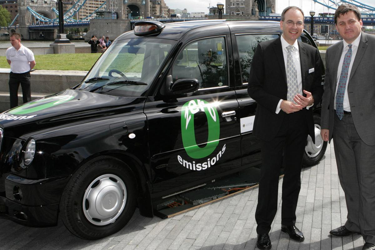Intelligent Energy CEO, Dr. Henri Winand with London Deputy Mayor, Kit Malthouse, at unveiling of Fuel Cell Black Cab at City Hall (Image: Business Wire)