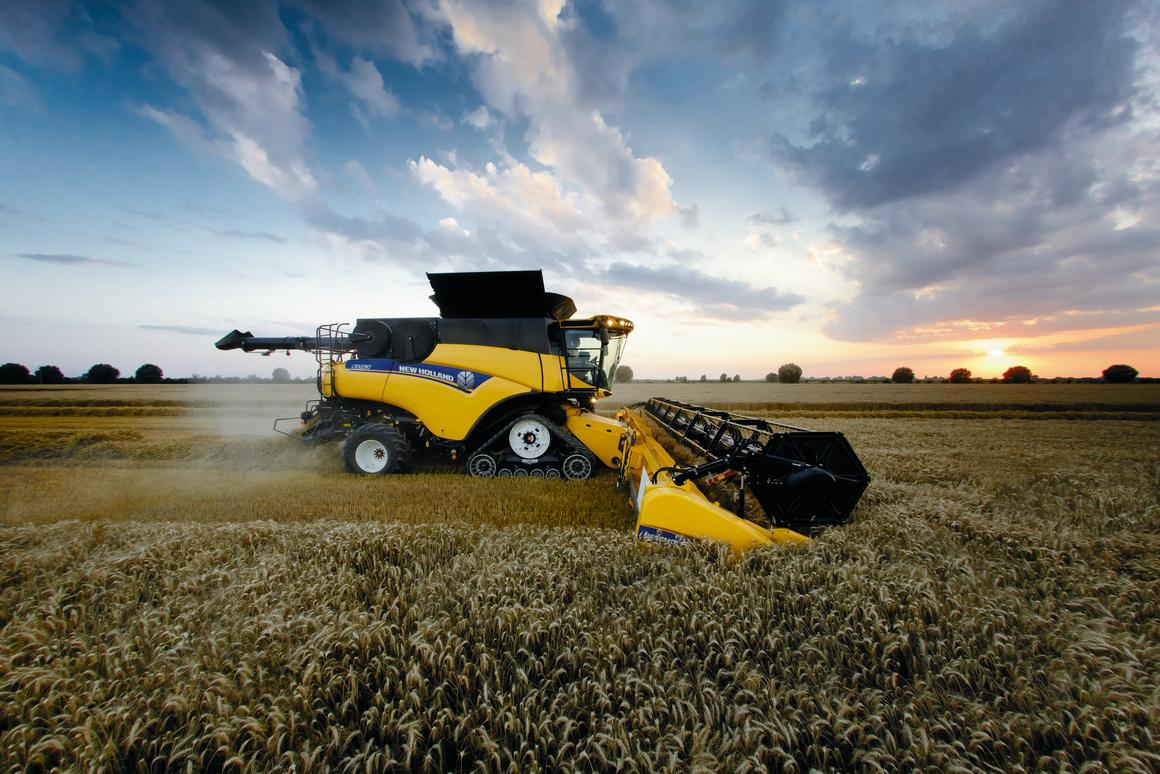 New Holland Agriculture's CR10.90 - the new horsepower heavyweight champion of the combine harvester world