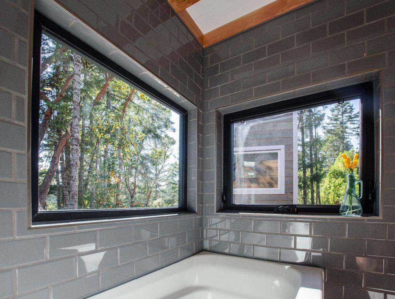 Kestrel tiny house: Soak in the tub and drink in the view