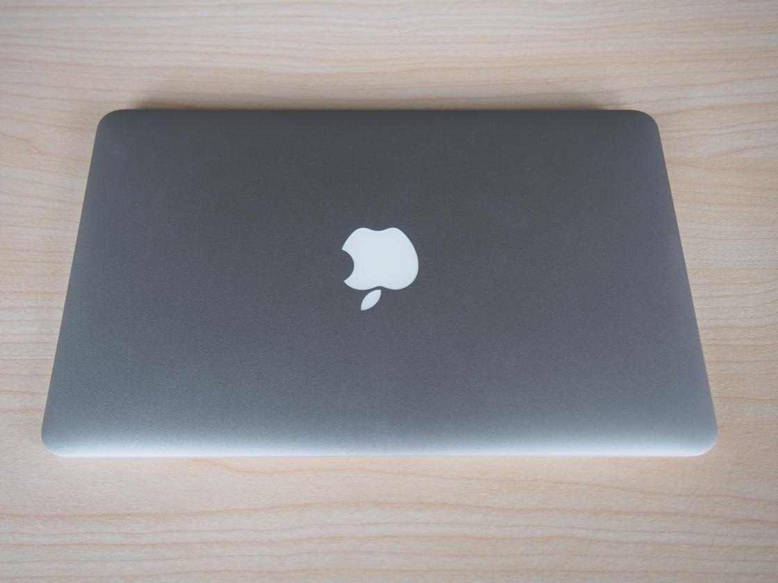 The 11-inch MacBook Air still weighs 2.38lb (1.08kg), and measures 11.8×7.56×0.11to 0.68 inches (300 x 192 x 3 to 17 mm)