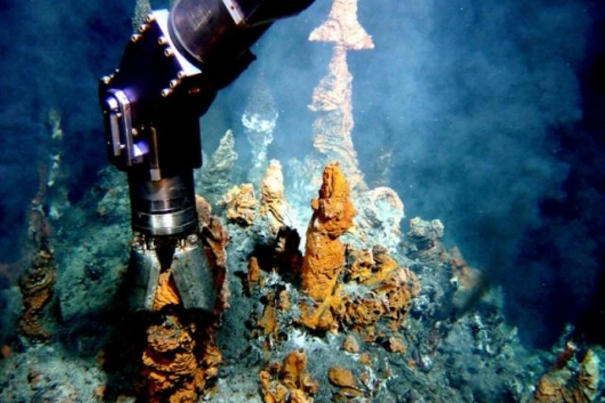 French ROV Victor 6000 sampling black smokers. Credit: Daniel Desbruyères.