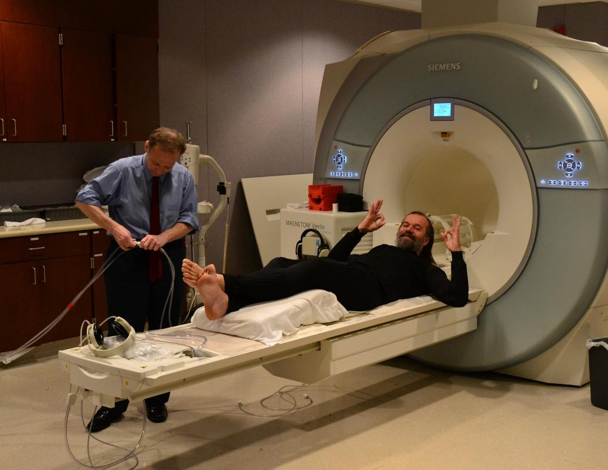 """Iceman"" Wim Hof dons a temperature-controlling bodysuit ahead of an fMRI test"