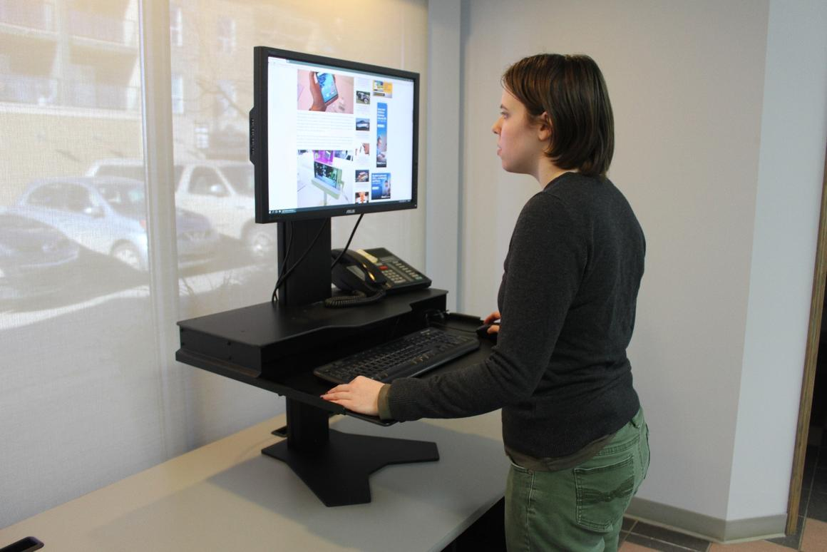 Gizmag tries out The Duke, a sitting/standing desk converter