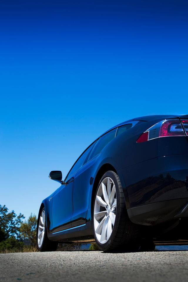The top of the line performance Model S P85 is equipped with a 85 kWh battery pack and 310 kW motor that translates into 416 hp and 443 lb.ft of torque (Photo: Angus MacKenzie/gizmag.com)
