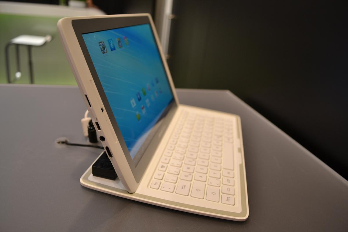 A quick hands-on overview of the new Archos 101 XS ICS tablet with included cover, dock, stand and keyboard