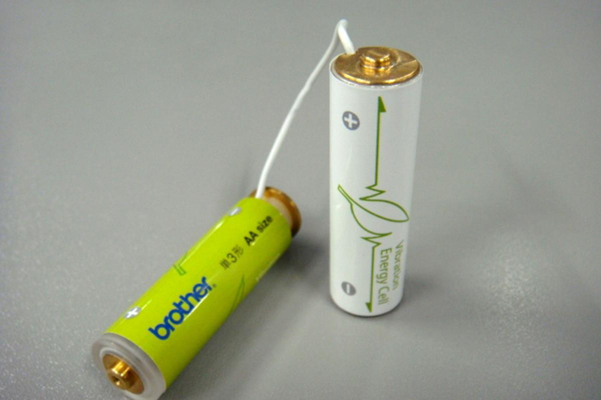 Brother's AA-size Vibration Energy Cell battery prototype whose generator and rechargeable battery are installed in two different cases (Image: Tech-On)