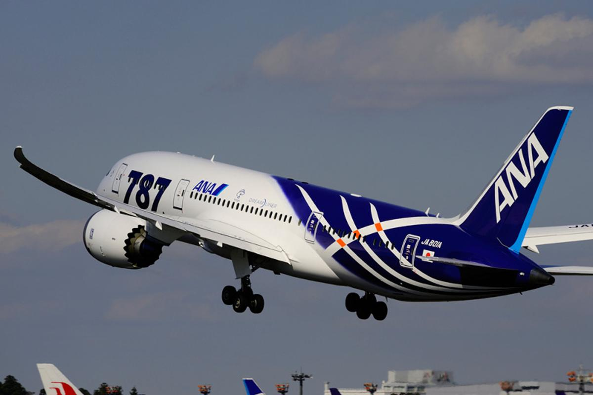 The 787 Dreamliner takes off on its first passenger flight (Photo: ANA)