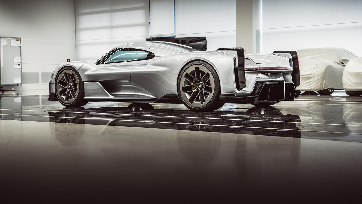 Those sidelines are pure hypercar craziness, and they look amazing