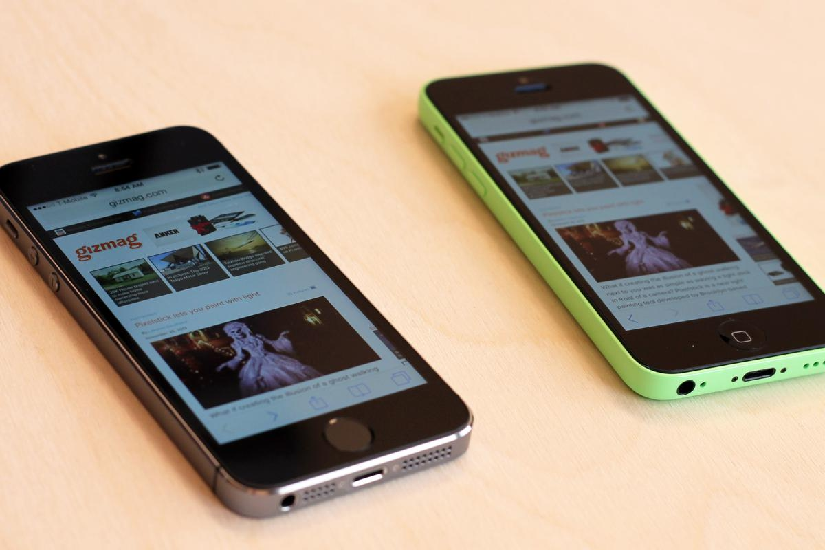 Gizmag goes hands-on with Apple's 2013 iPhones: the more advanced iPhone 5s (left) and the colorful iPhone 5c