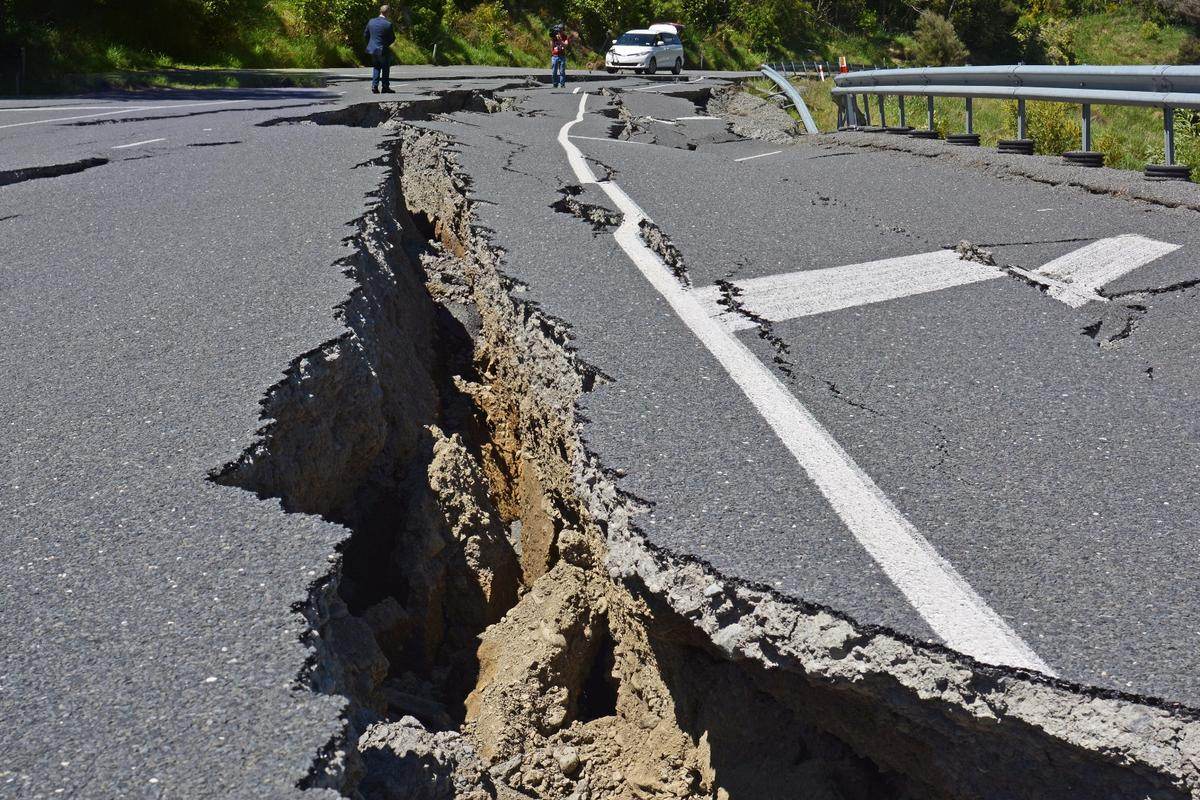 Simulations show that the old disaster movie trope of an earthquake splitting the ground apart, then snapping shut, can actually happen