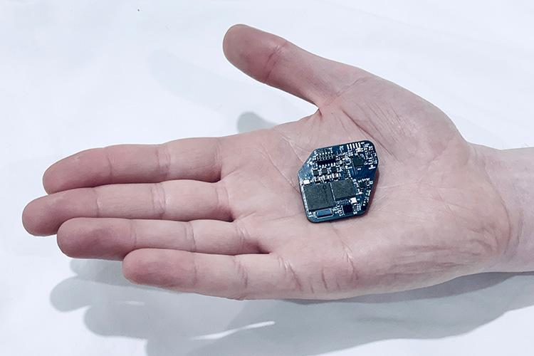 The WAND chip is designed with custom integrated circuits that can record the full signal from both subtle brain waves and strong electrical pulses delivered by the stimulator