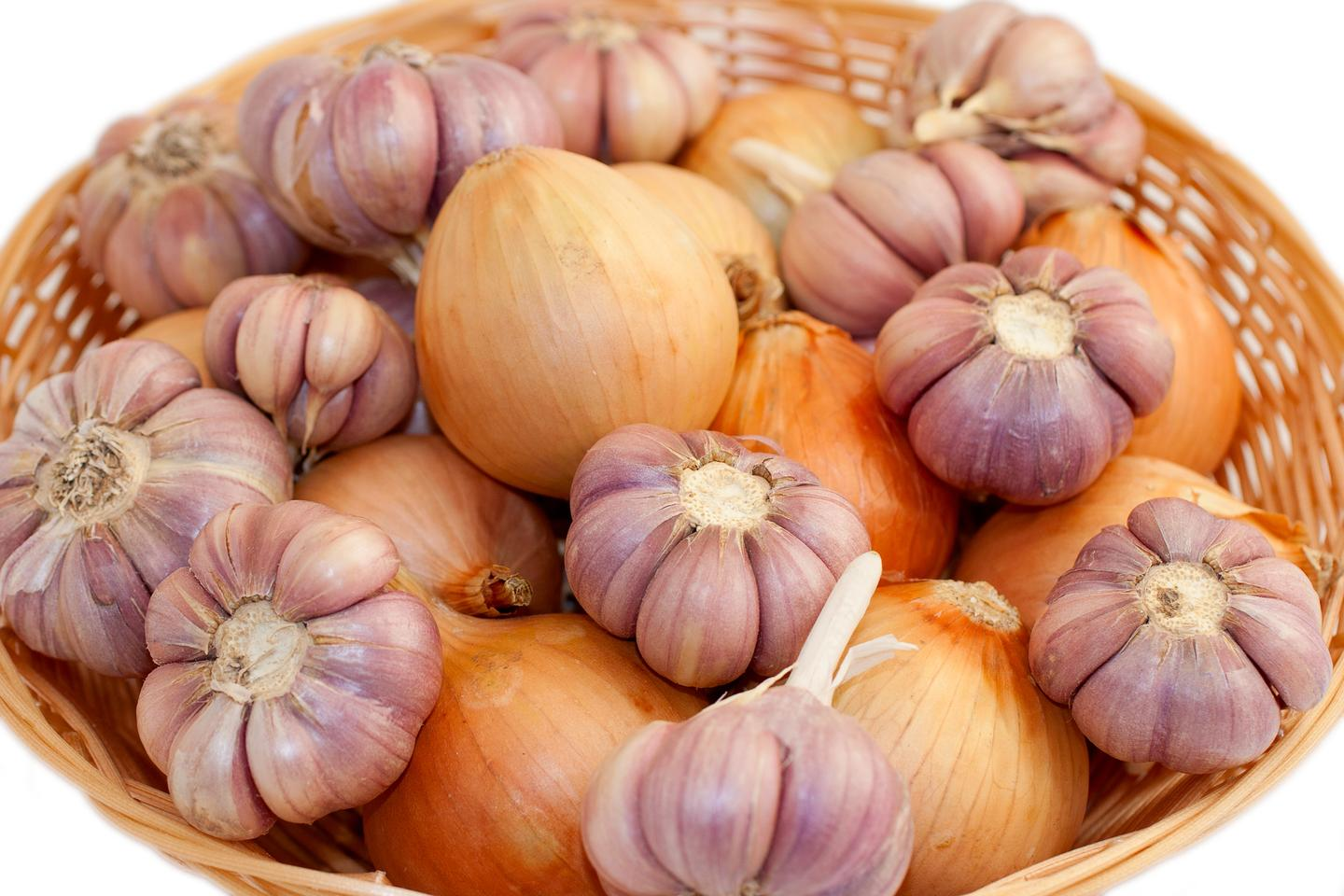 Onion and garlic waste might be utilized to mop-up heavy metal pollutants (Photo: Shutterstock)