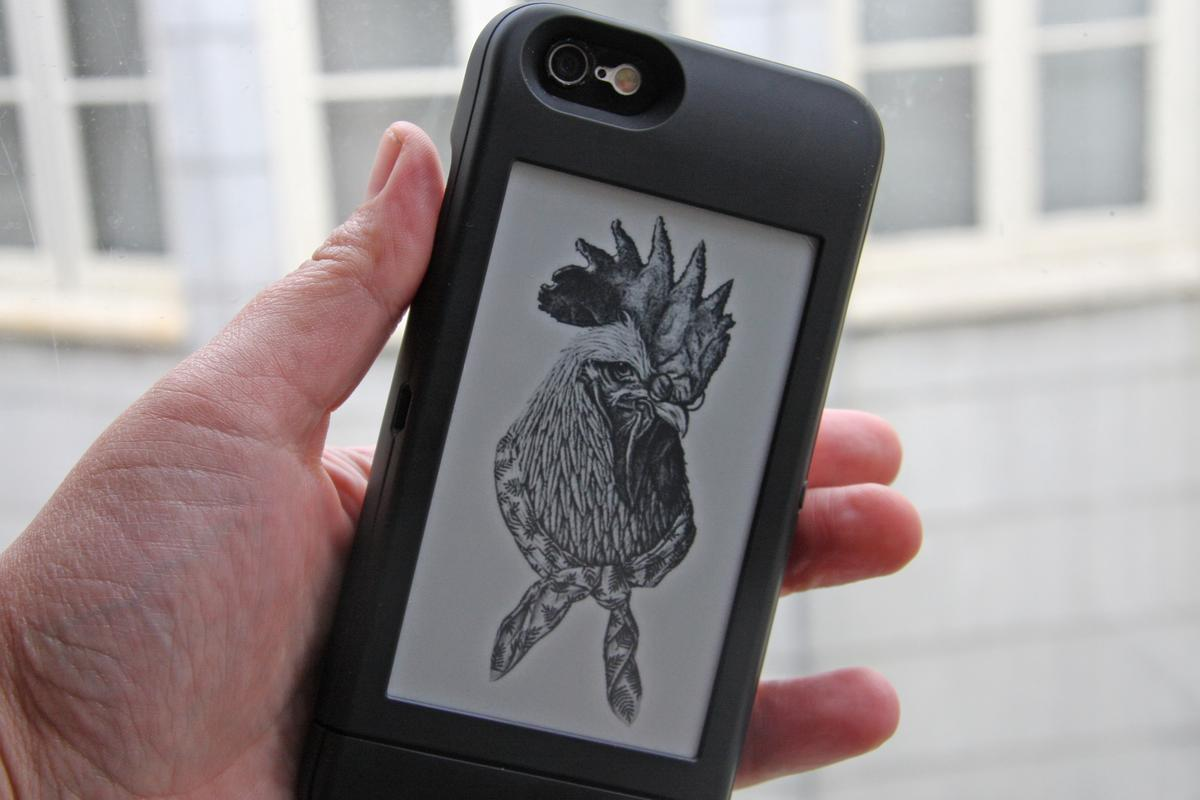 Gizmag goes hands-on with the PopSlate screen, which gives your iPhone 6 a second e-ink screen (Photo: Emily Price/Gizmag.com)