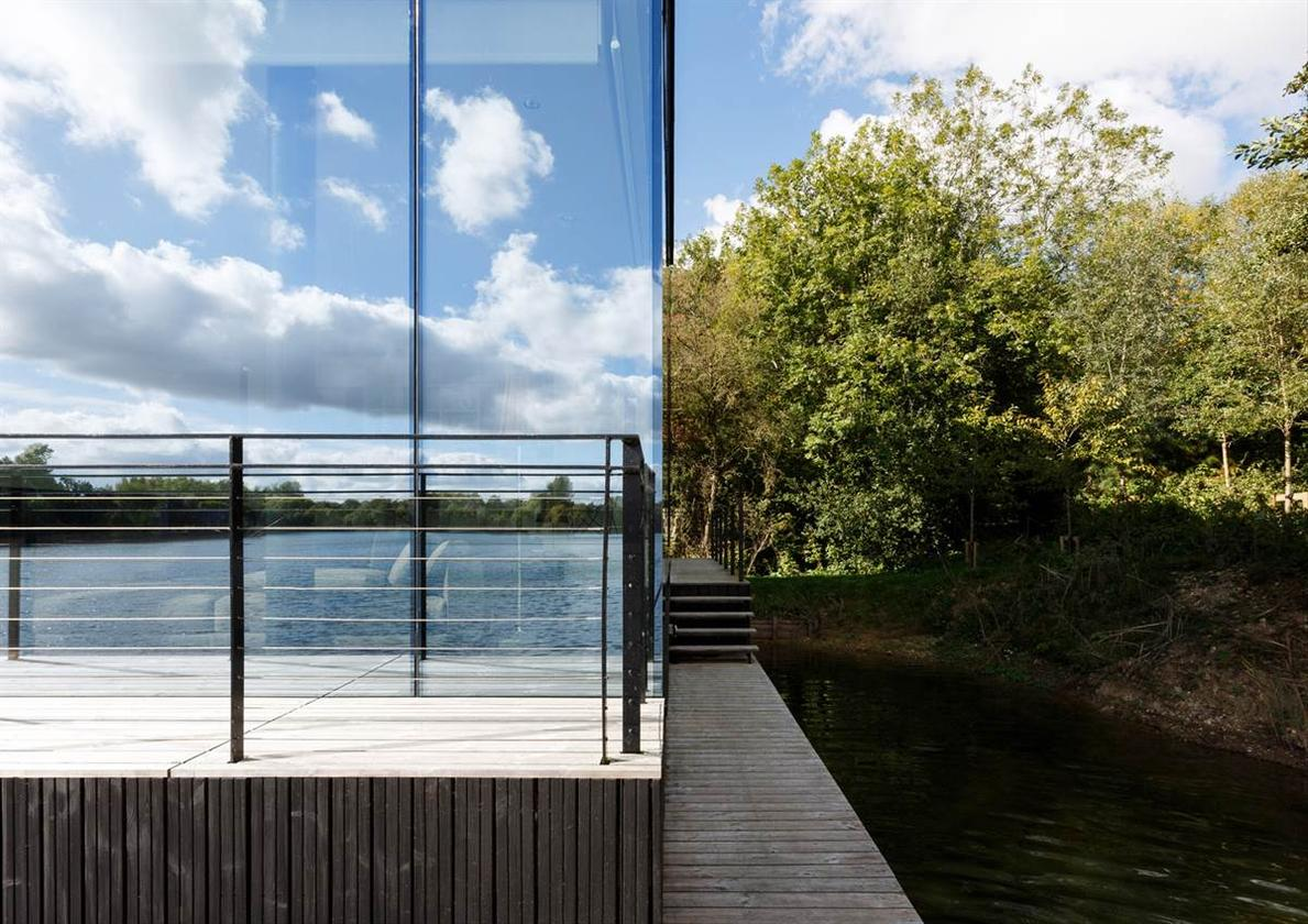 Mecanoo, the Dutch Architecture firm behind the world's largest performing arts center and the award-winning Library of Birmingham, has added the finishing touches to a stunning new home in Lechlade, UK