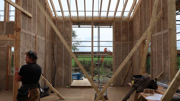 Construcción de la casa plana diseñada por Practice Architecture