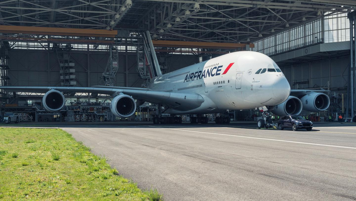 The Porsche Cayenne pulling anAirbus A380