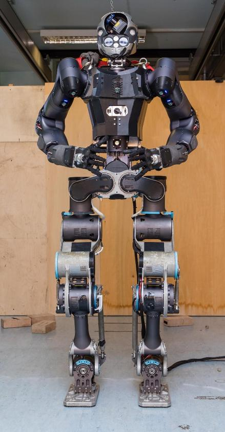 The newversion of WALK-MAN stands 1.85 meters tall (6 ft)