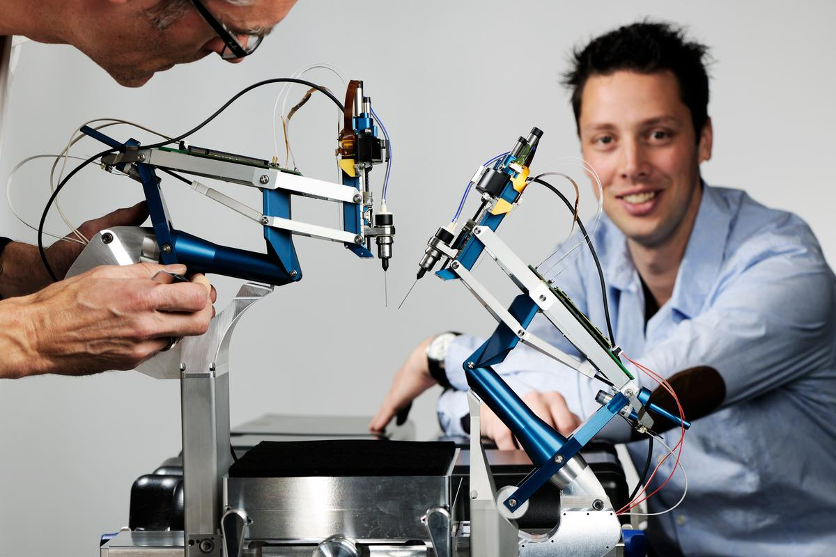 Thijs Meenink and his robotic eye surgery system (Photo: Eindhoven University of Technology/Bart van Overbeeke)