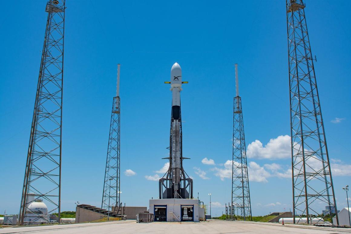 Falcon 9 on the launchpad ahead of the Starlink mission