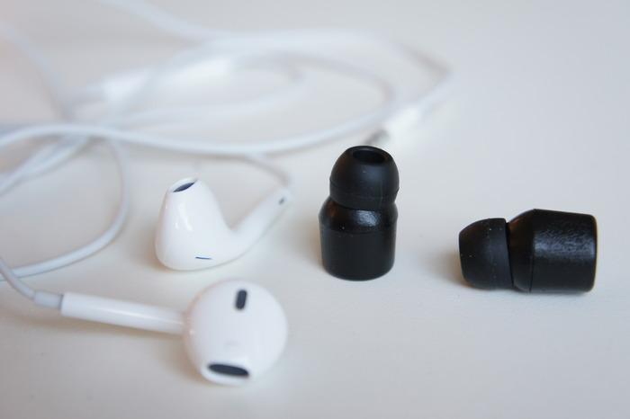 The Earin buds weigh 5 g (0.17 oz) and are cased in plastic with a silicon tip on the end
