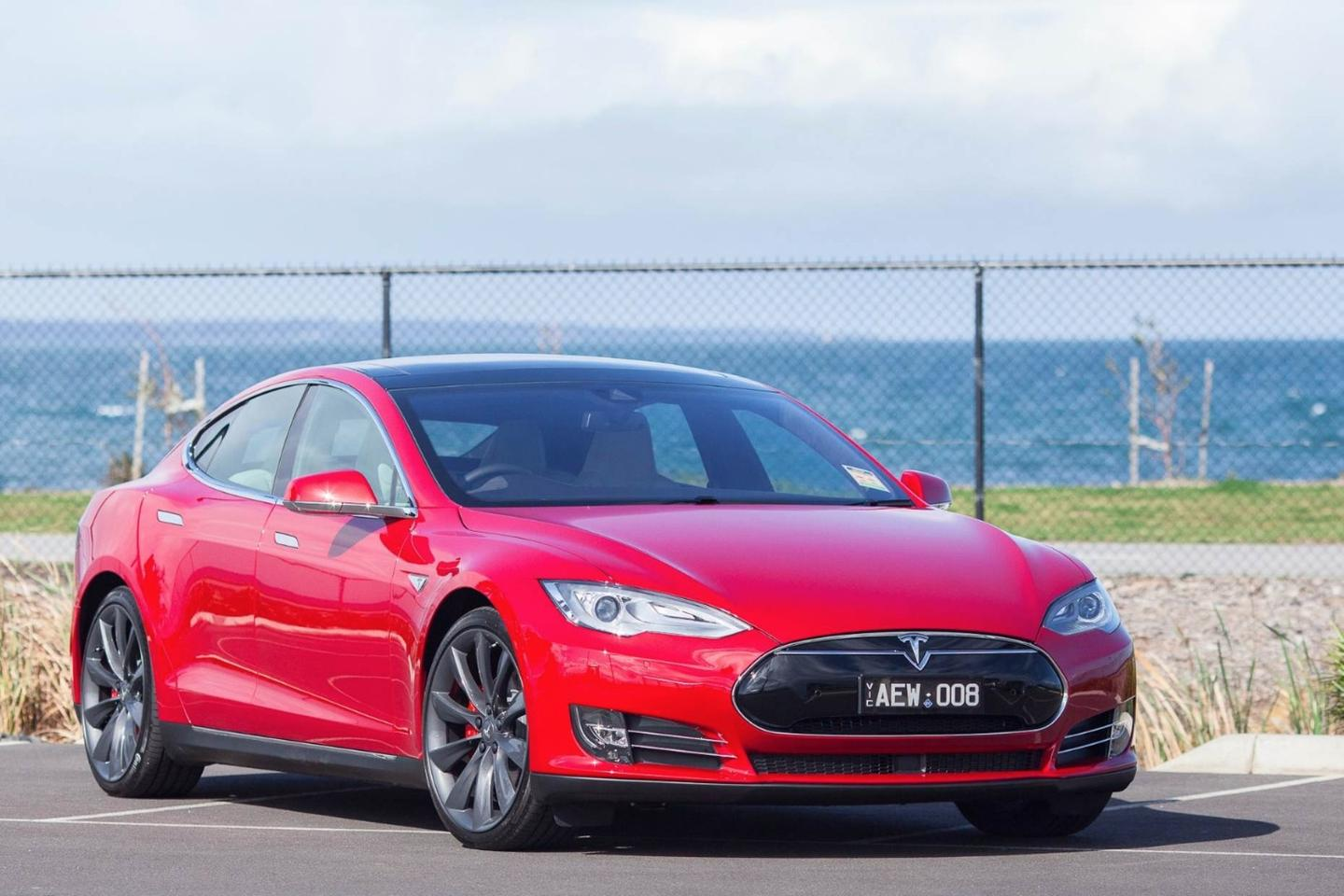 The Model S will now accelerate, brake, steer and change lanes for drivers