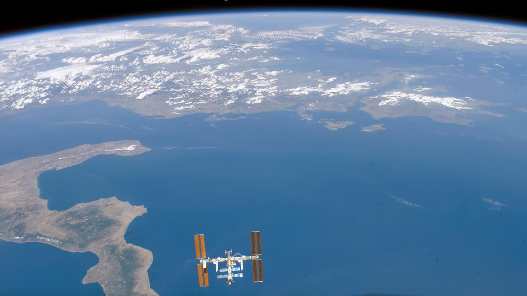 The new Space Fence will detect space debris that could threaten the ISS and commercial and military satellites (Image: NASA)