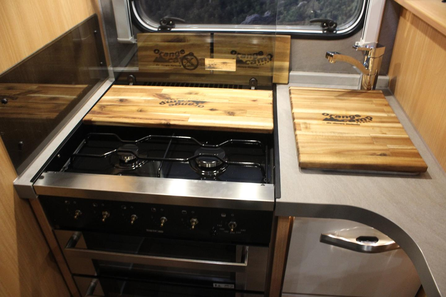 Orange Camp gives the Boxer T 740 EBa nice kitchen with four-burner gas stove, oven and 146-Lfridge