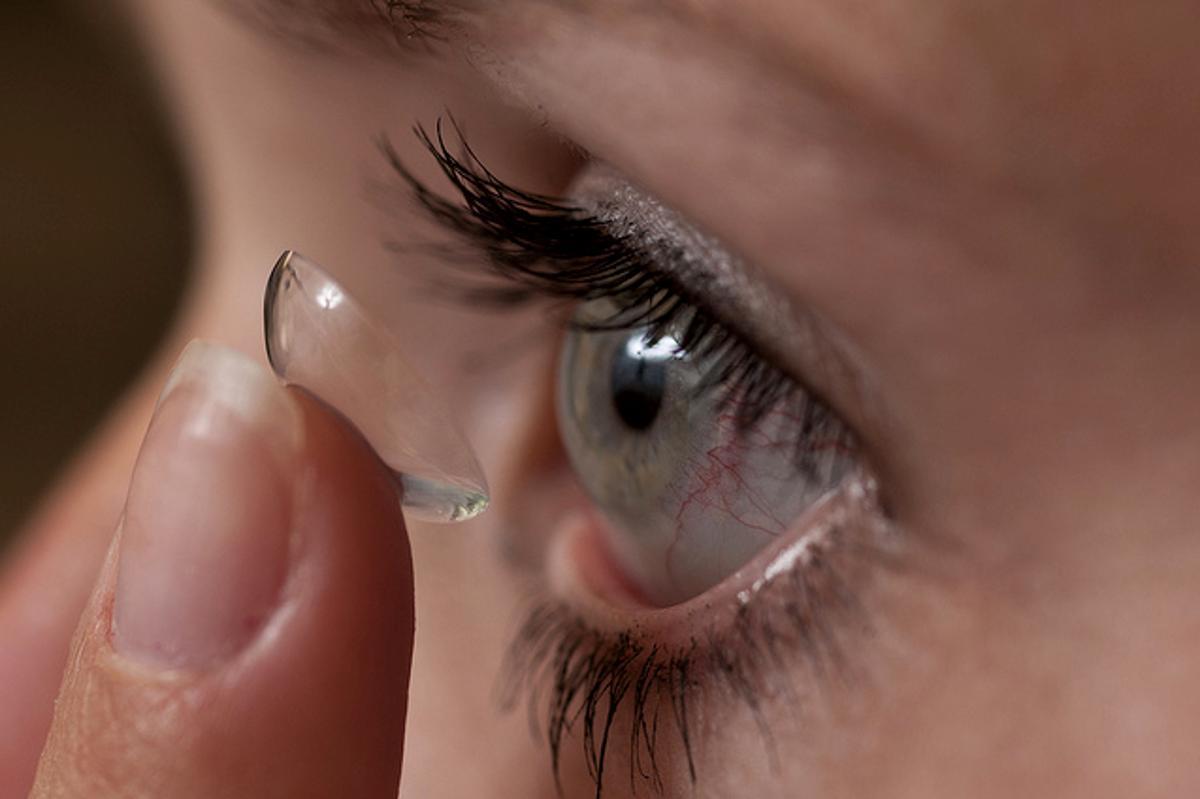 A patient inserts a medicated contact lens (Photo: Jeff Etheridge/Auburn University)