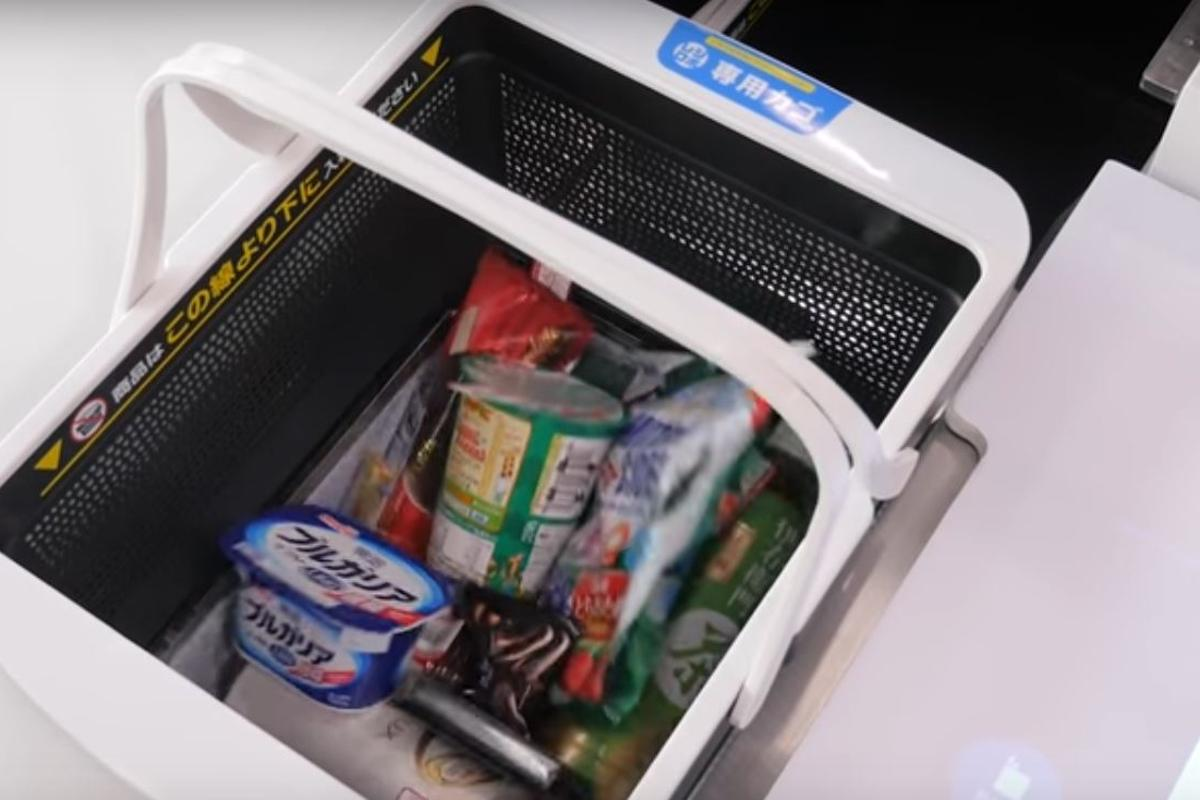 Regi-Robo automatically tallies up goods and bags them without a human operator